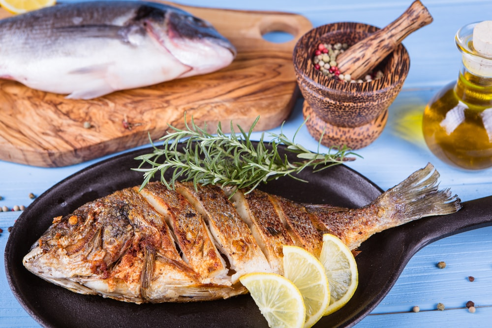 https://www.shutterstock.com/pt/image-photo/roasted-dorada-fish-vegetables-on-wooden-682464922?src=-vGss3bkXhYFGWVoOUplgg-1-95